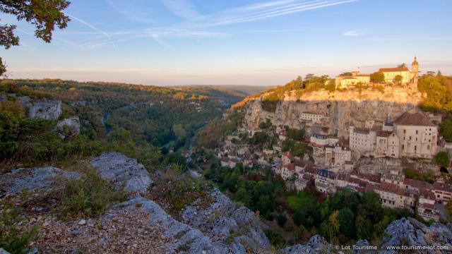 Levé du soleil sur Rocamadour et le canyon de l'Alzou