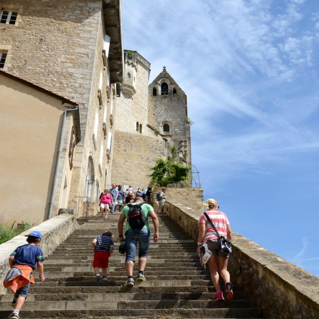 Montée des marches de la cité de Rocamadour