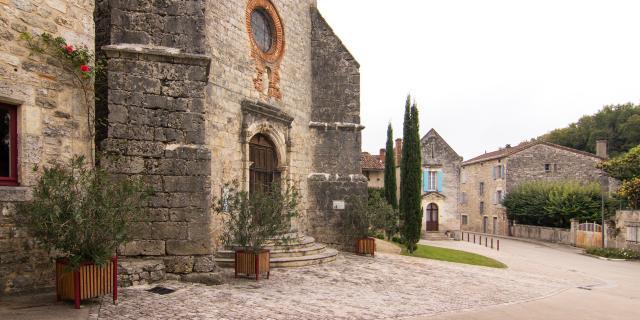 Parvis de l'église de St-Vincent-Rive-d'Olt