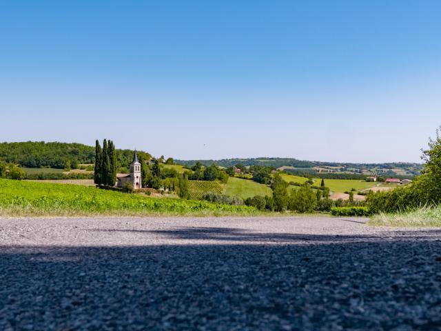 Petite route près de l'église Saint-Etienne en Quercy Blanc