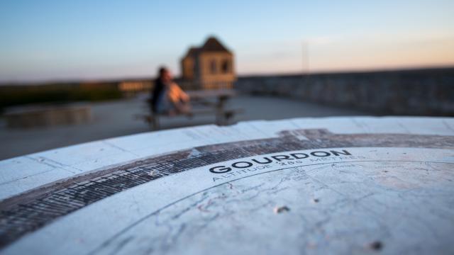 Point de Vue et table d'orientation à l'esplanade du château de Gourdon