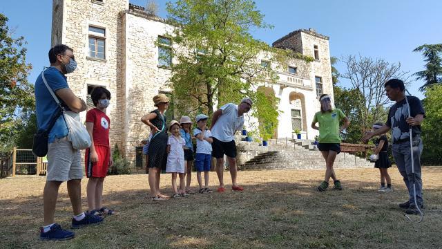 Presentation Du Metier Devant Le Chateau C Lot Tourisme A Leconte