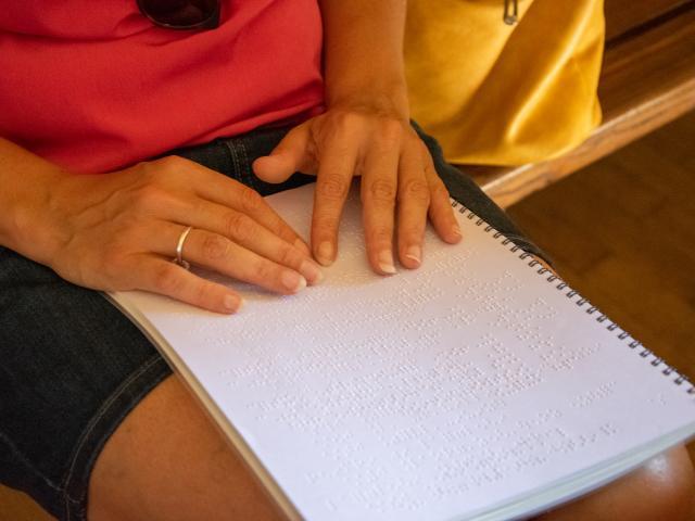 Visite sensorielle de Gourdon - découverte du Braille
