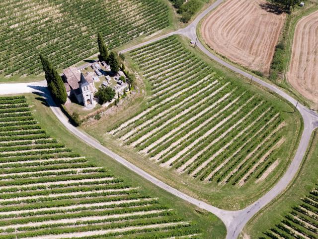 Vue aérienne de l'église Saint-Etienne en Quercy Blanc