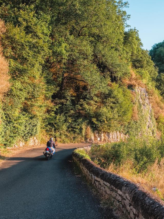 Route de corniche entre Gluges et Creysse