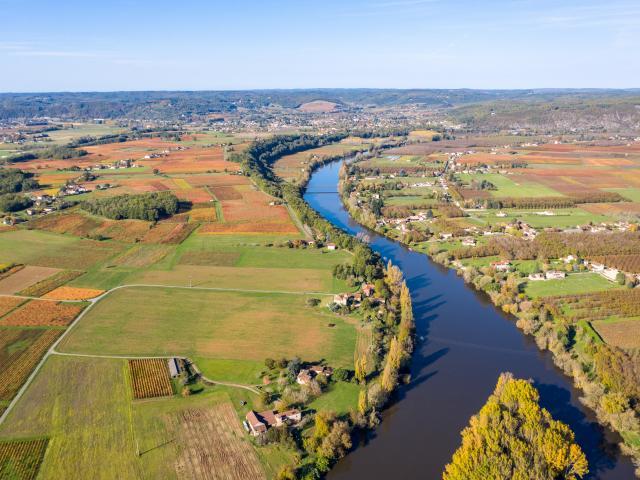 Vue aérienne du village de Belaye et de la vallée du Lot en automne