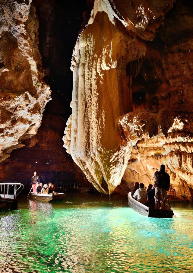 Visiteurs dans des barques sur la Rivière souterraine de Padirac.