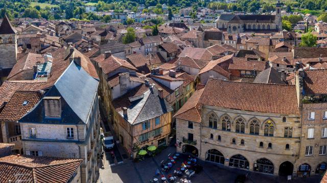 Vue aérienne de la place Champollion à Figeac
