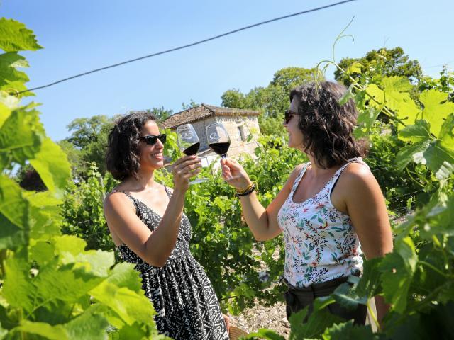 Trinquer dans les vignes des Coteaux du Quercy