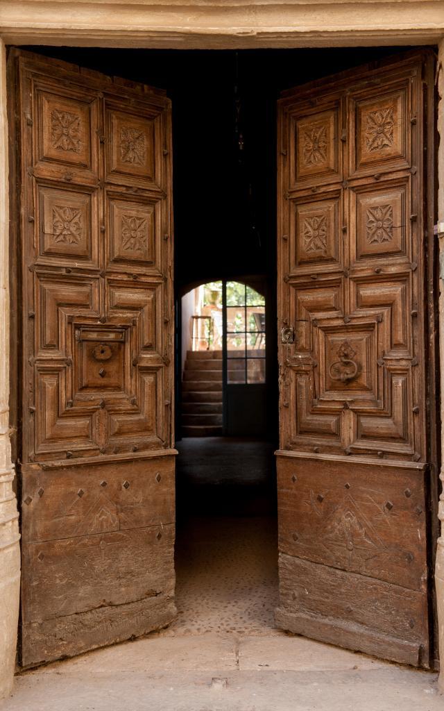 Porte de maison avec relief, rue des Capucins