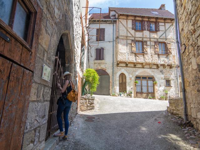Devant une porte médiévale à Cajarc