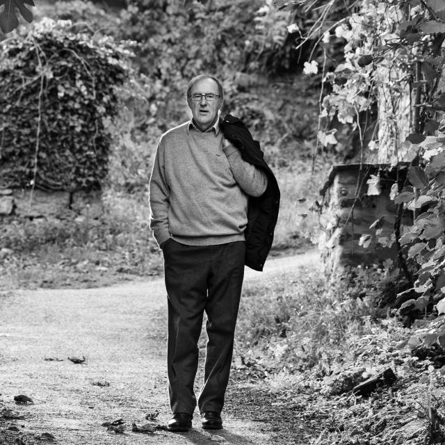 L'écrivain Christian Signol pose dans une ruelle du village de Carrenac