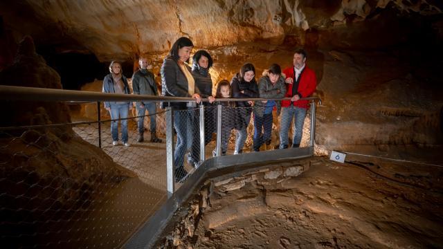 Empreintes et public - vue serrée - Grotte du Pech Merle