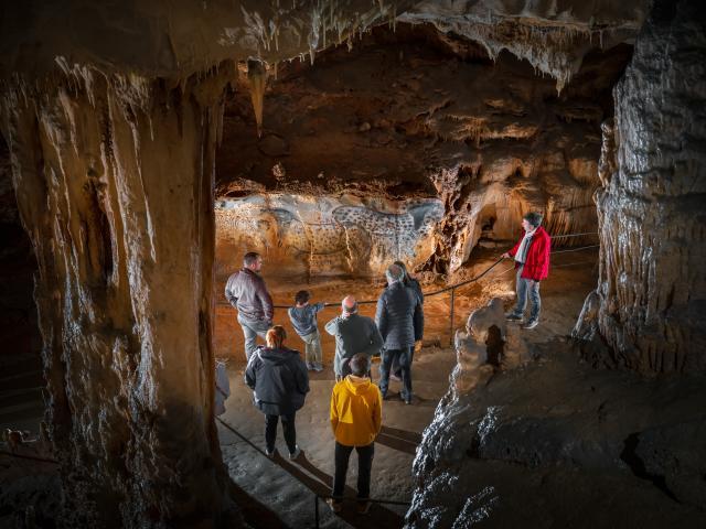 Chevaux ponctués depuis corniche - vue serrée - Grotte du Pech Merle