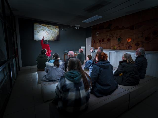 Salle de présentation et écran - Grotte du Pech Merle
