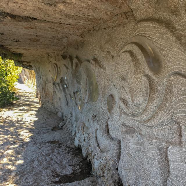 Bas-relief sculpté sur le chemin de Halage à Bouziès
