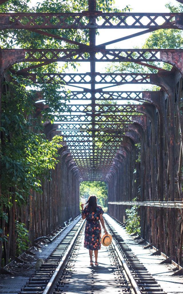 Traversée du pont de chemin de fer à Bouziès