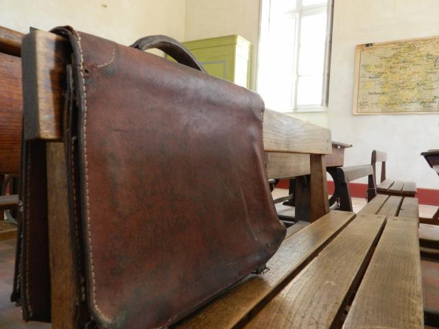 Cartable dans la salle de classe - Maison d'école natale de l'écrivain Catherine Paysan
