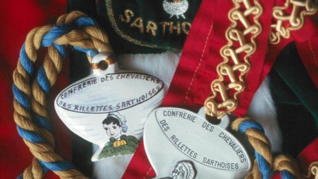 Le bol de rillettes, emblème de la Confrerie des Chevaliers des Rillettes sarthoises