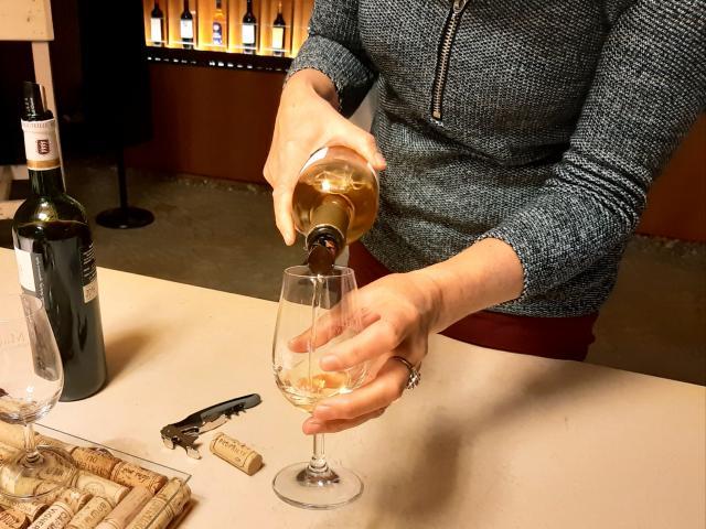 maison-des-vins-madiran-cpe-bouteille-main-ev.jpg