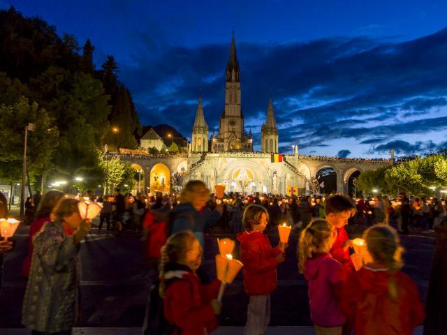 procession-aux-flambeaux-famille-bdp-vincent-ot-lourdes-2015.jpg