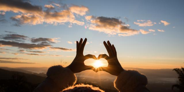 mains-forment-un-coeur-coucher-soleil-jcomp-freepik-com-.jpg