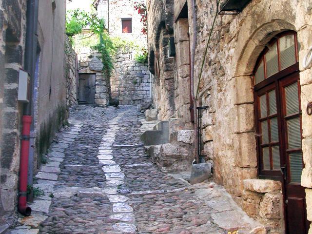 Ruelle pavée de Saint-Enimie dans les Gorges du tarn en Lozère