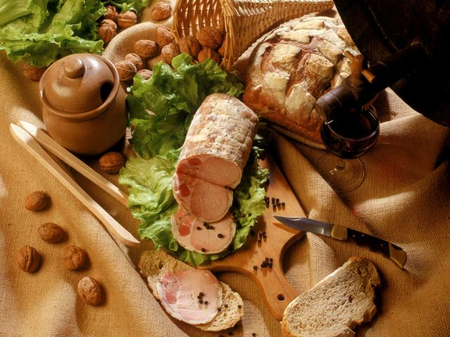 Presentation d'une terrine avec du pain de campagne
