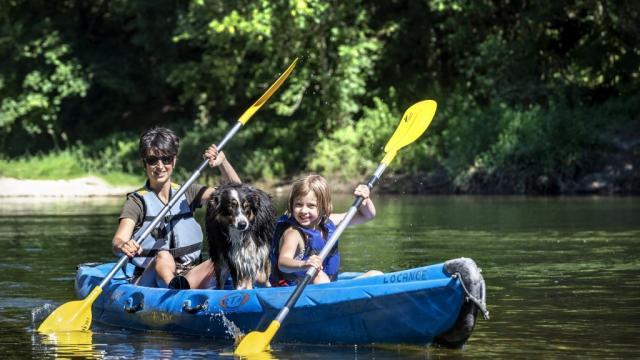 Famille en canoë avec un chien ©Locanoe