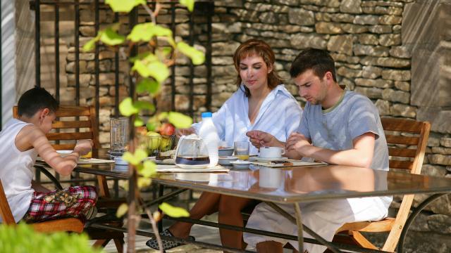 Famille au petit-déjeuner