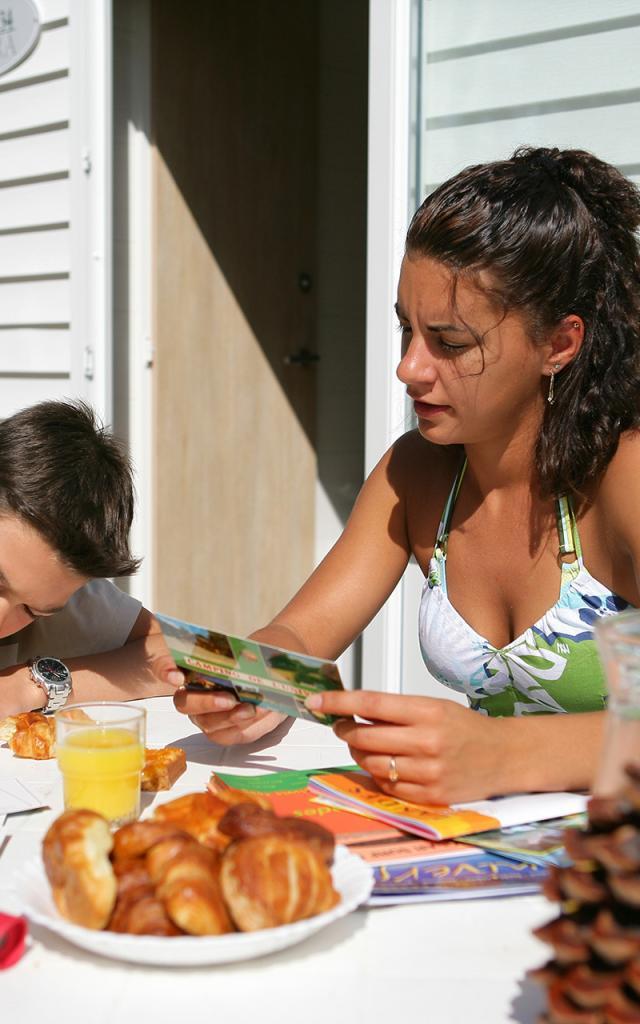 Famille en vacances en mobile-home en Camping