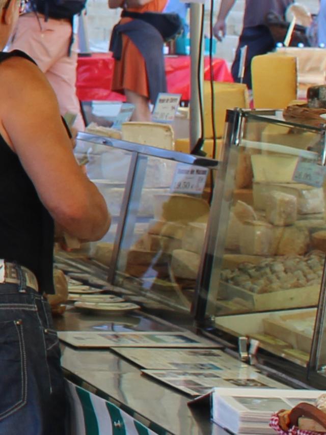 Etal de fromages au marché de Mende