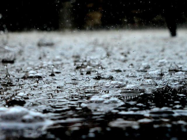 Gouttes de pluie s'écrasant sur le sol détrempé