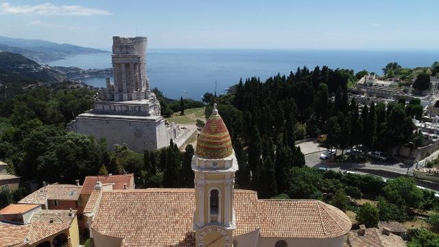 Vue sur le Trophée d'Auguste et l'Eglise Saint-Michel