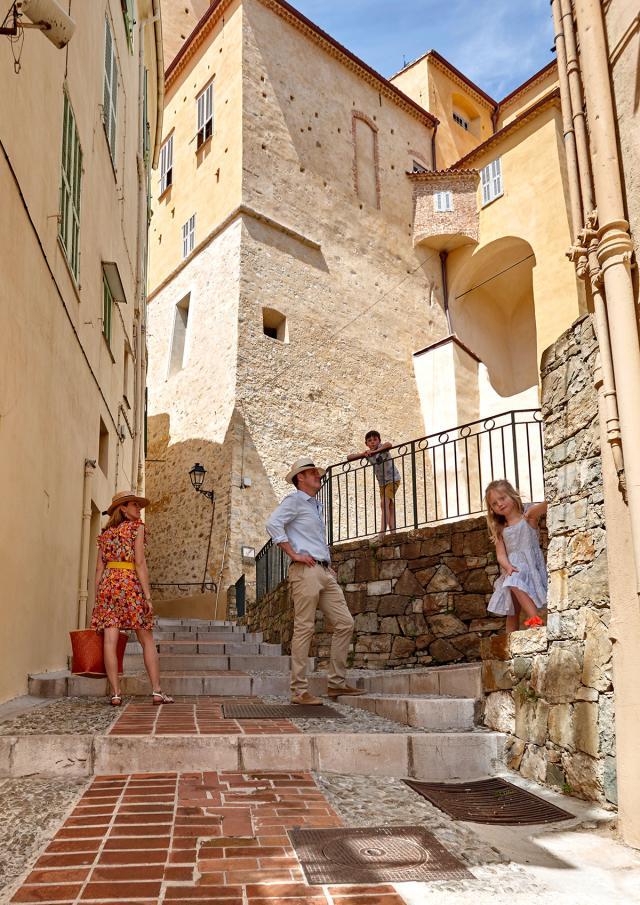 Famille se promenant dans une ruelle de Menton