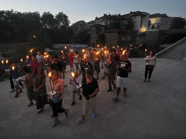 Visite aux flambeaux de la ville organisée par l'office de tourisme