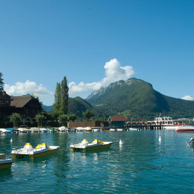 Les pédalos sur le lac d'Annecy