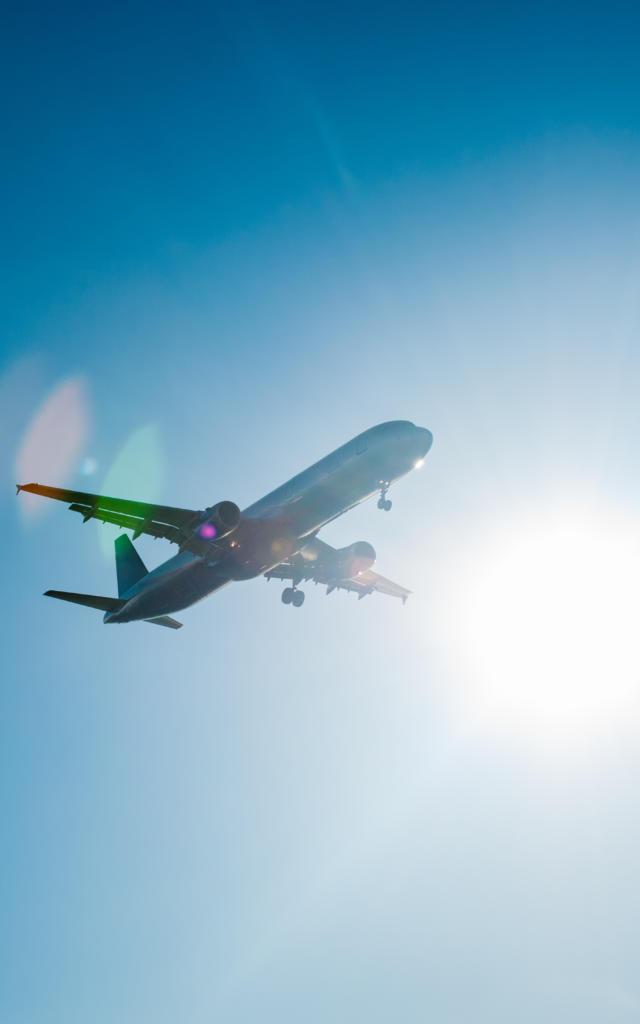 Flugzeug im blauen Himmel