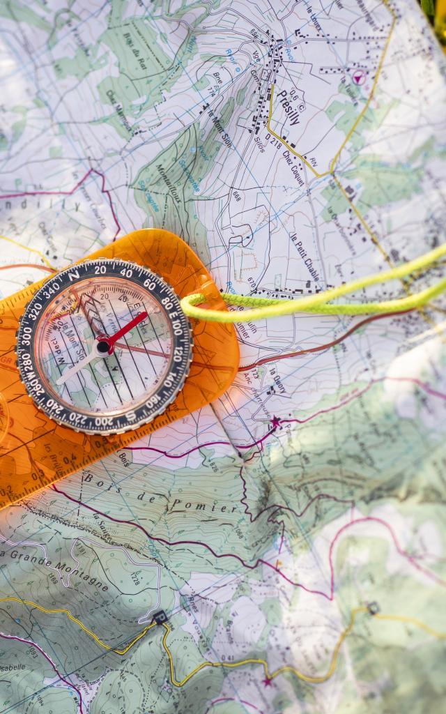 Boussole et carte de randonnée