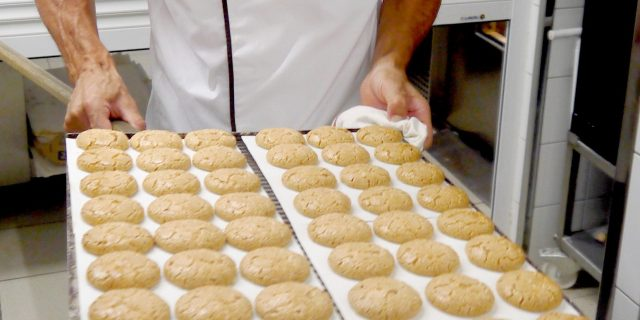 nicolas-gnot-prparation-des-macarons-rotated-e1592387669796.jpg