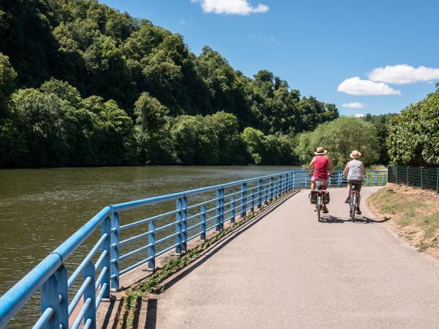 Boucle De La Moselle - Cyclistes au bord de l'eau