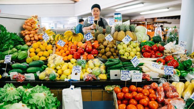 Fruits et légumes au marché de Nouméa