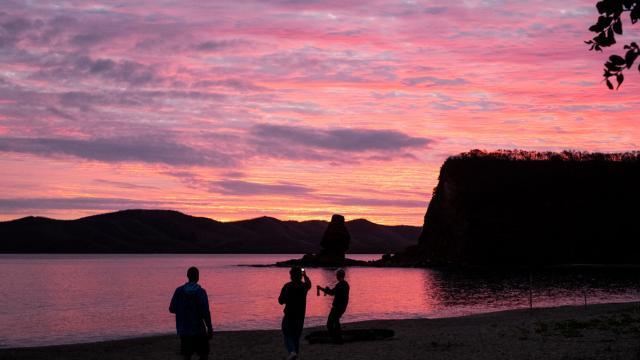 Sunset sur la plage de la Roche Percée à Bourail