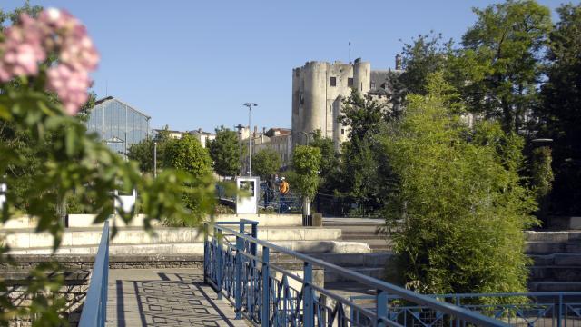 Vue sur le Donjon et les Halles de Niort depuis le square HG Clouzot