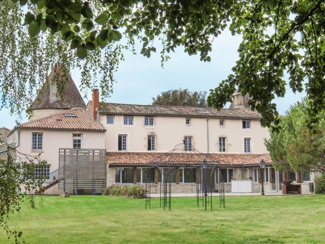 Hostellerie De L'abbaye Celles Sur Belle