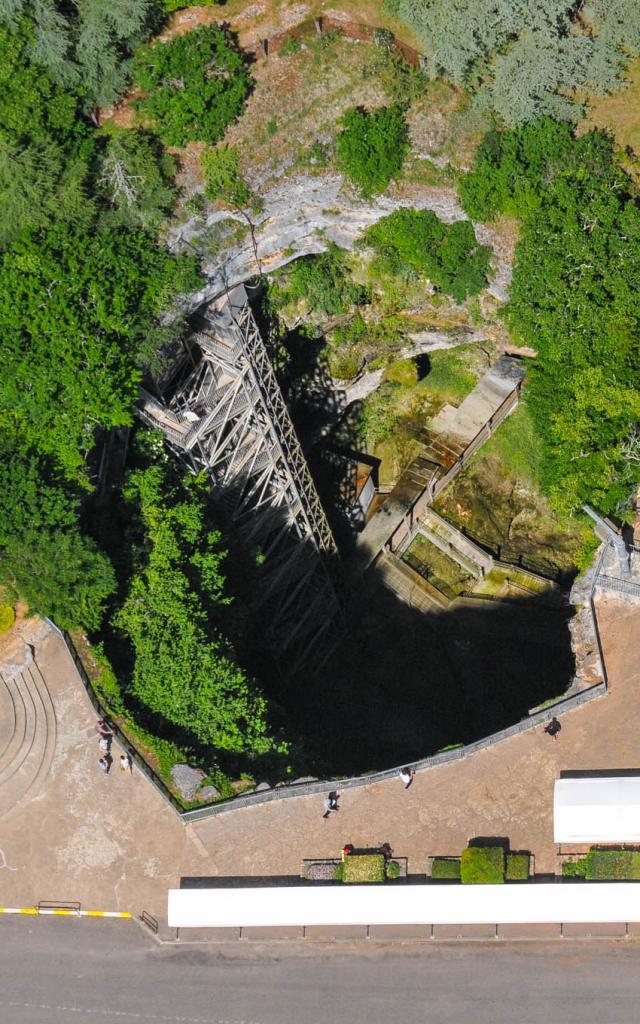 Vue aérienne sur l'Orifice du Gouffre avec une vue plongeante sur le Grand Escalier.