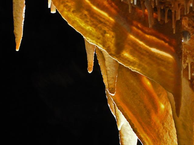 Grottes De Cougnac Gourdon Draperies.jpg