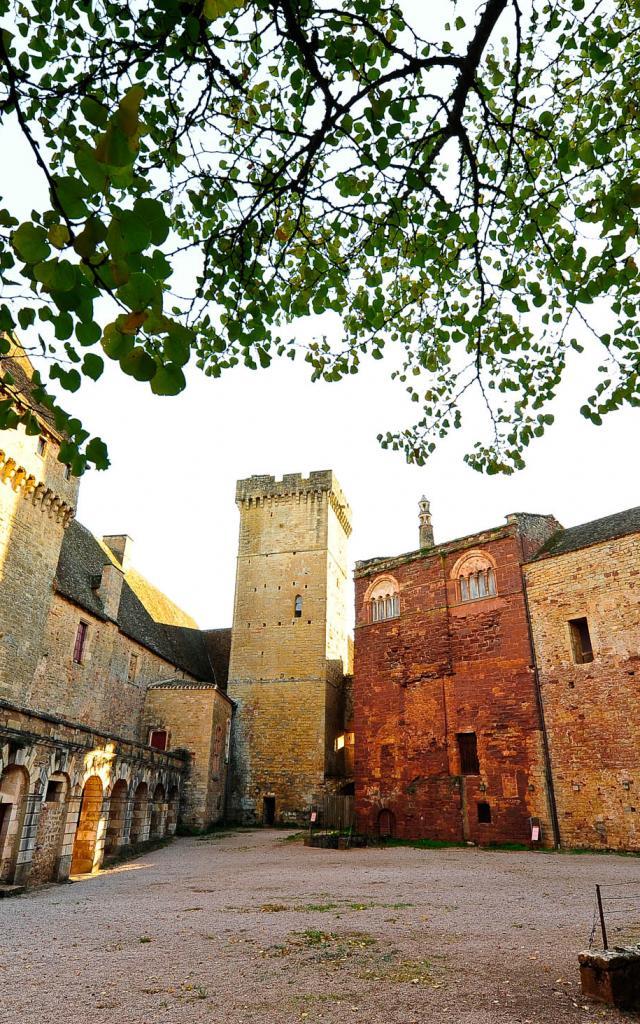 La Cour Du Chateau De Castelnau Bretenoux.jpg