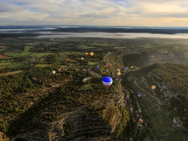 Les montgolfières au dessus du canyon de l'Alzou à Rocamadour