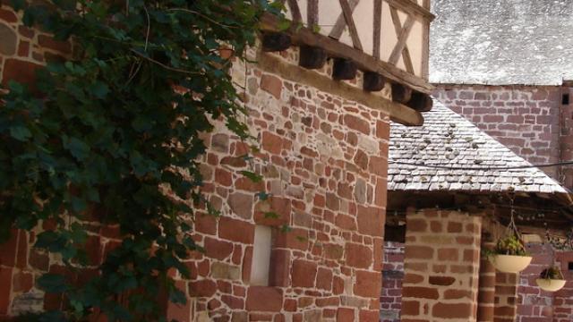 Meyssac 31640 Dans Les Rues Du Village.jpg